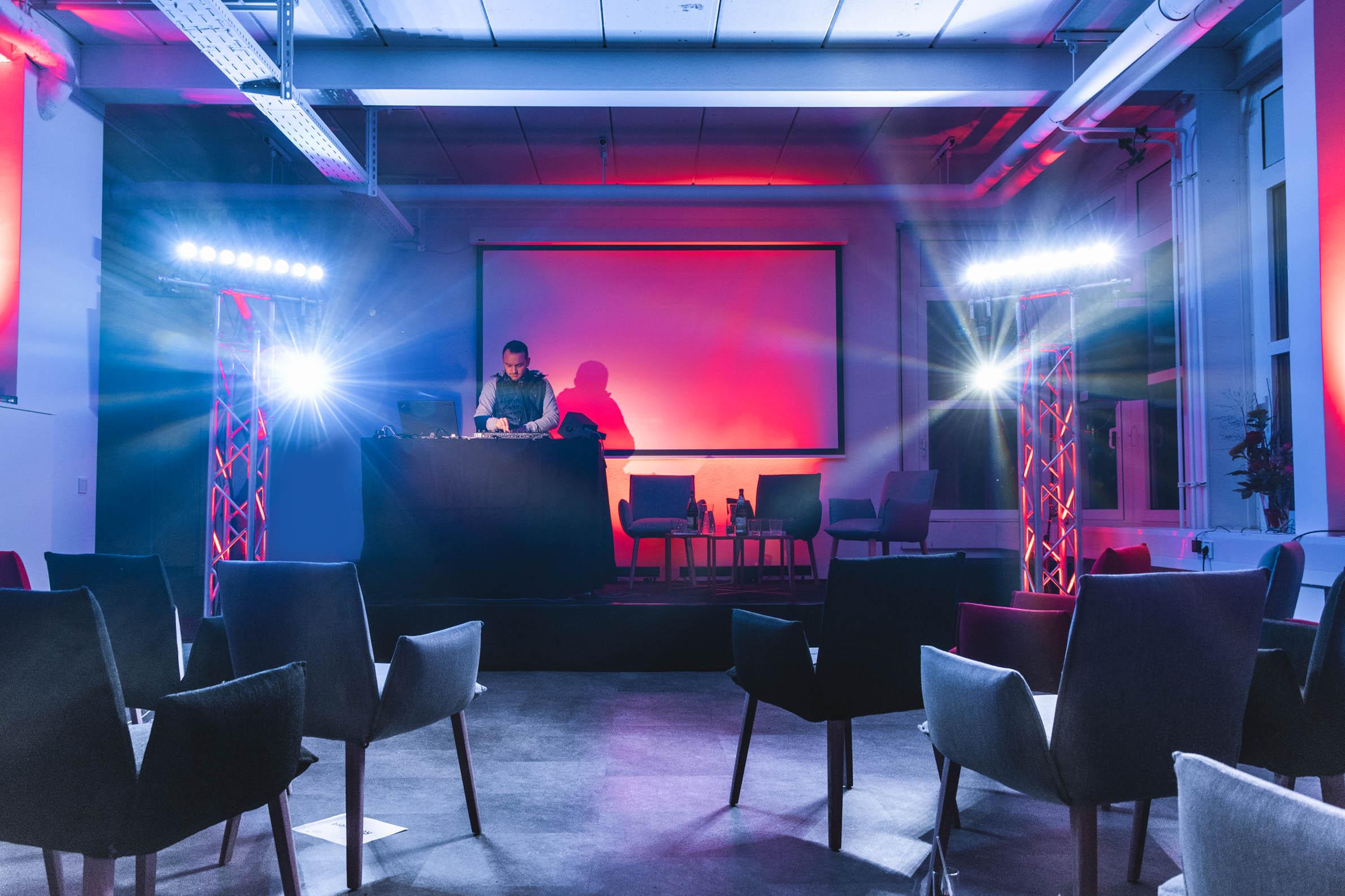 Frau Professors digitale Runde Darmstadt DJ